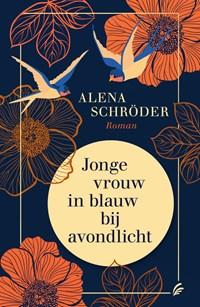 Jonge vrouw in blauw bij avondlicht   Alena Schröder  