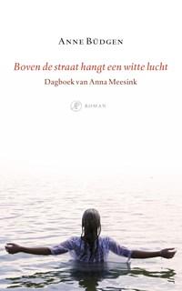 Boven de straat hangt een witte lucht | Anne Büdgen |