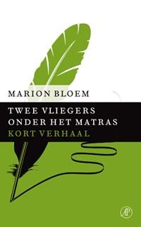 Twee vliegers onder het matras | Marion Bloem |